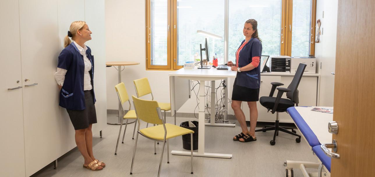 Terveydenhoitajat Pia Rantala ja Saiju Koskelo työhuoneessa.