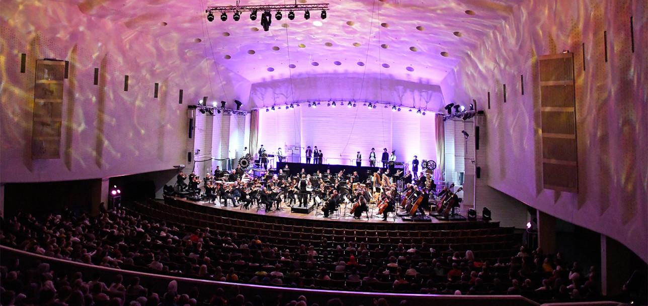 Taidetestaajat Turun filharmonisen orkesterin konsertissa.