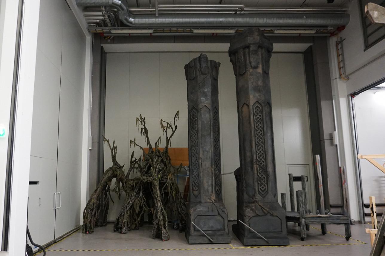 Lavaste-elementtejä säilössä teatterin käytävällä