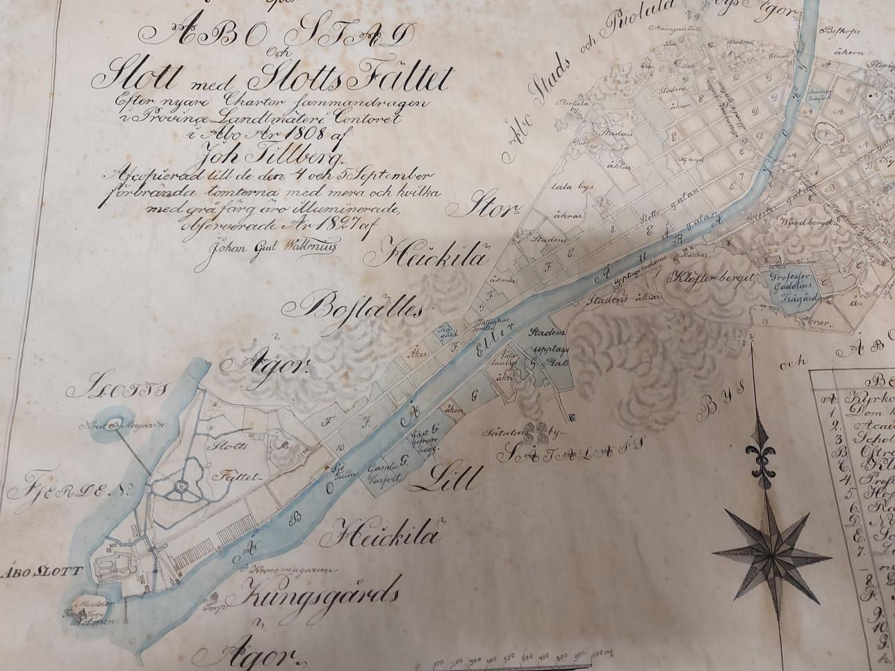 Vanha kartta Turun keskustasta, keskellä Aurajoki sinisellä.