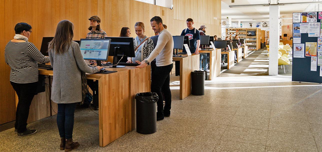 Asiakaspäätteet käytössä Turun pääkirjastossa.