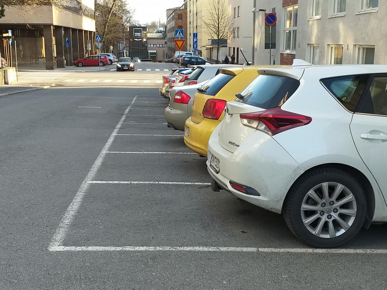 Autoja pysäköitynä Puolalankadulle