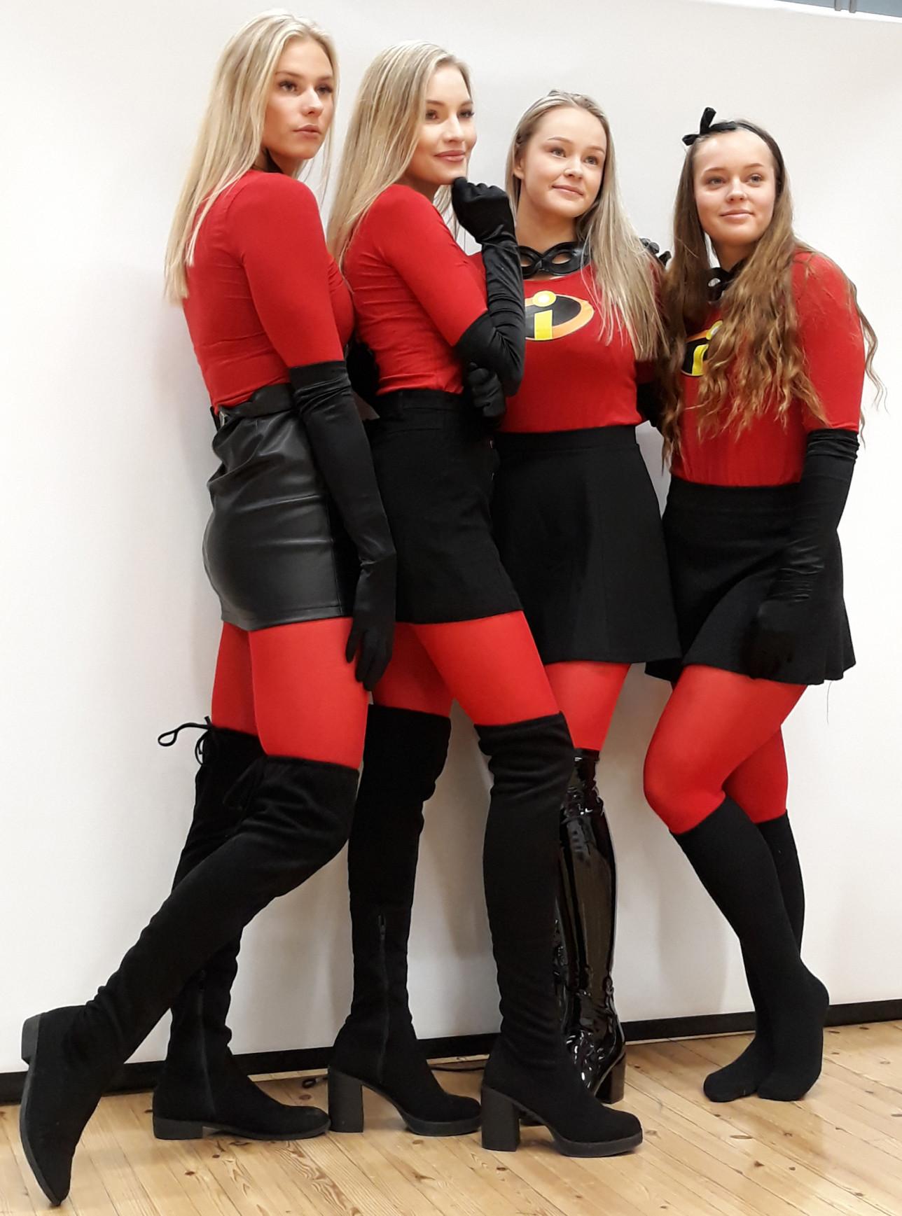 Neljä punapukuista ABI-tyttöä