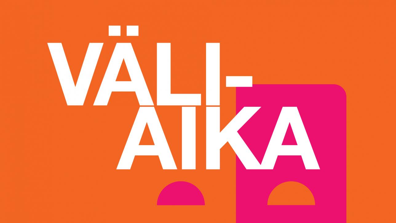 Väliaika-teksti oranssilla taustalla, josta pilkistää teatterin logonaamio.