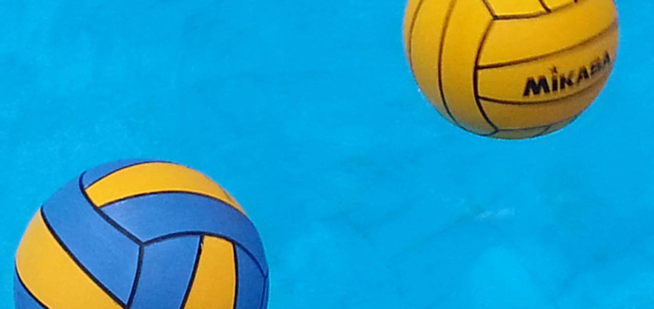 Vesipallossa käytettäviä palloja vedessä.