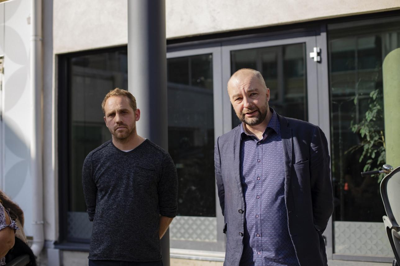 VoiVeljien VoiVeljien ravintoloitsija Jarno Venho ja toimitusjohtaja Janne Juvonen E. Ekblomin edessä.