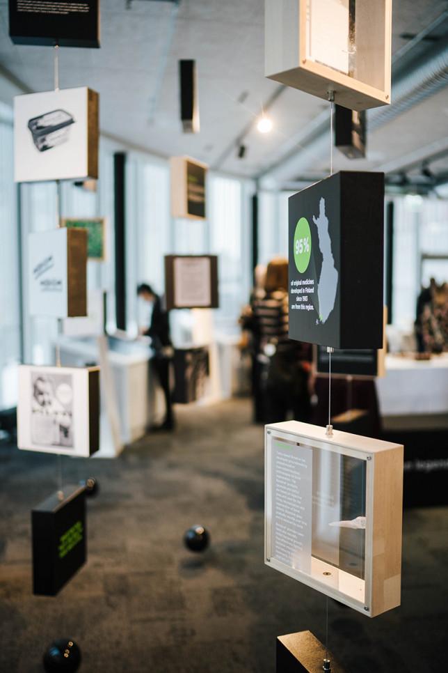 Futurescapes-näyttelyn innovaatiopuiden pikkuvitriinejä lähikuvassa