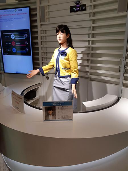 Asiakaspalvelurobotti tokiolaisessa kauppakeskuksessa.