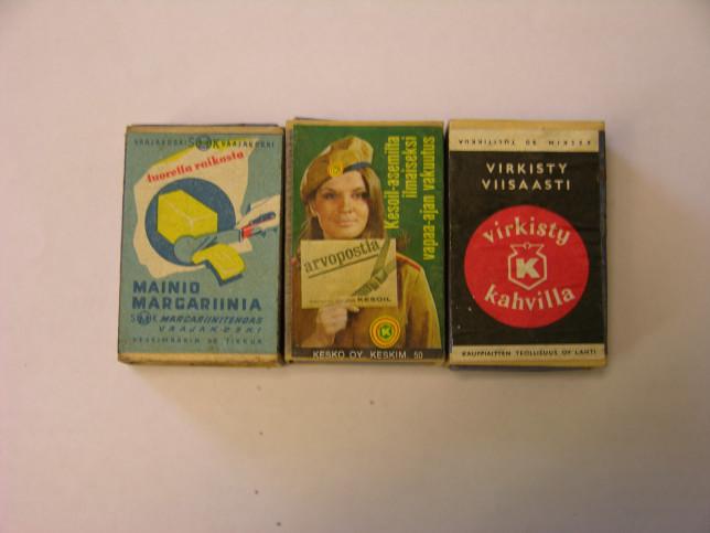 Tulitikkuaskit margariinimainoksella, arvoposti-mainoksella ja kahvimainoksella.