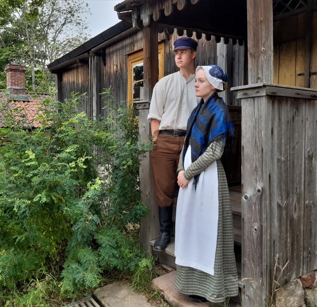 Naisen ja miehen puvut Luostarinmäellä