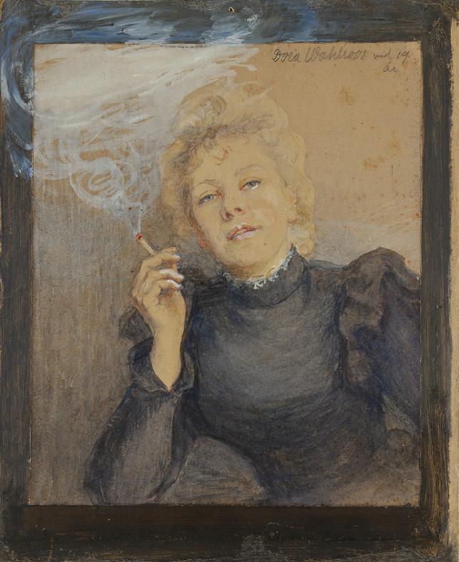 Mustaan pitkähihaiseen puseroon pukeutunut nainen tupakoi ja nojaa kyynärpäätään