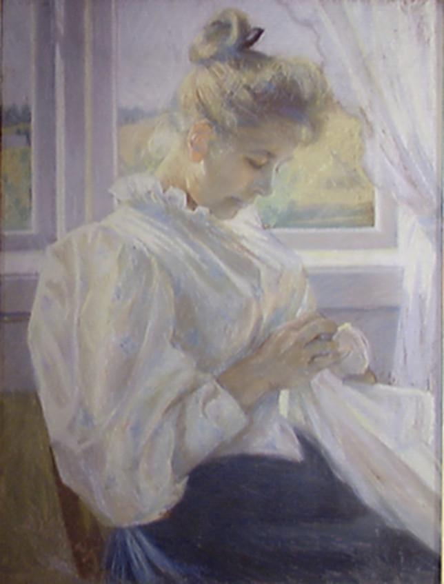Valkoiseen pitkähihaiseen vanhan malliseen puseroon pukeutunut nainen kädessään valkoista kangasta