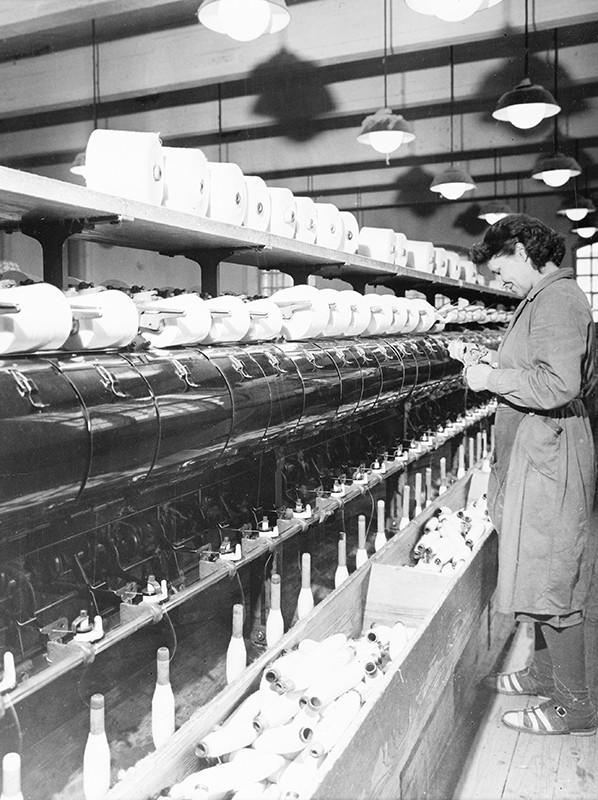 Hede-Foton kuva puolauskoneesta käyttäjineen Barkerin tehtaalla, 1950-luvulta.