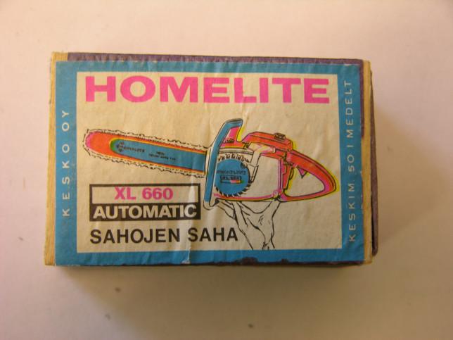 Värikäs Homelite-moottorisahan mainos tulitikkurasiassa.