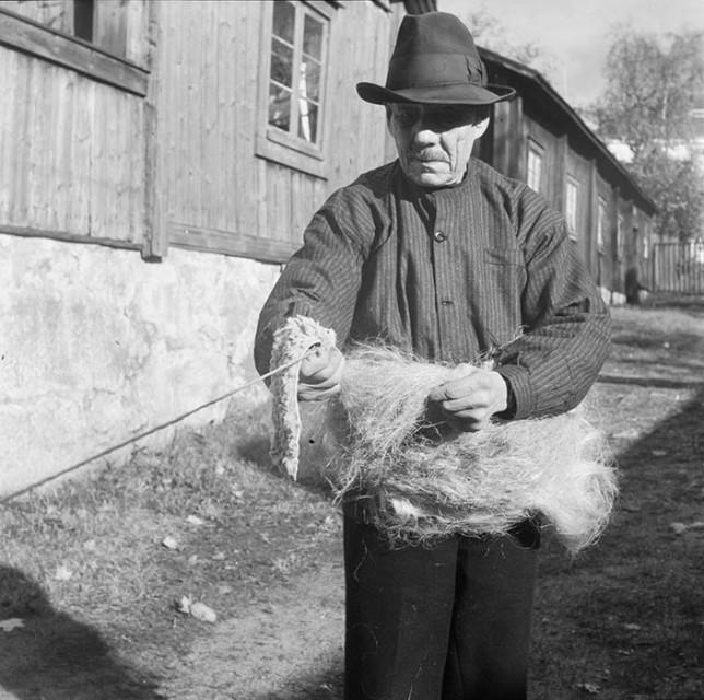 J.O. Lehtonen punoo köyttä Luostarinmäellä