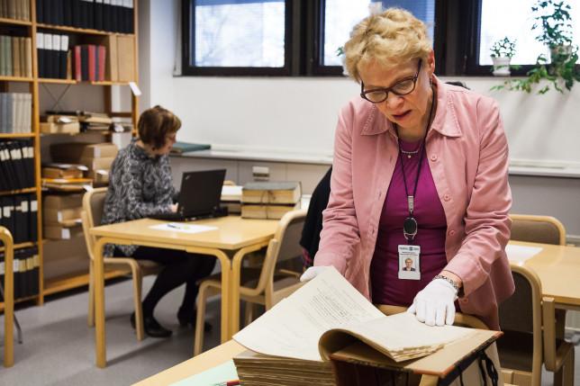 asiakkaita kaupunginarkiston tutkijasalissa