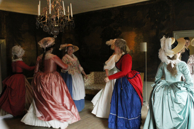 1700-luvun pukuihin pukeutuneita henkilöitä Qwenselin talossa