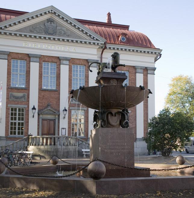 Suihkukaivo Leijona vanhan pääkirjaston edustalla.