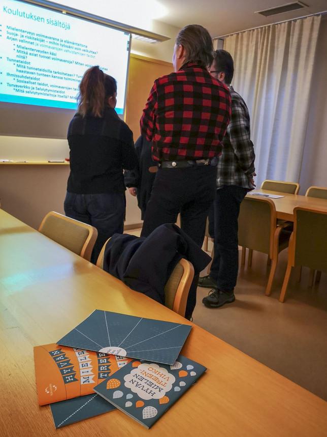 Nuorisotyöntekijät pohtivat pienryhmässä Mielenterveys voimaksi 2 -koulutuksessa.