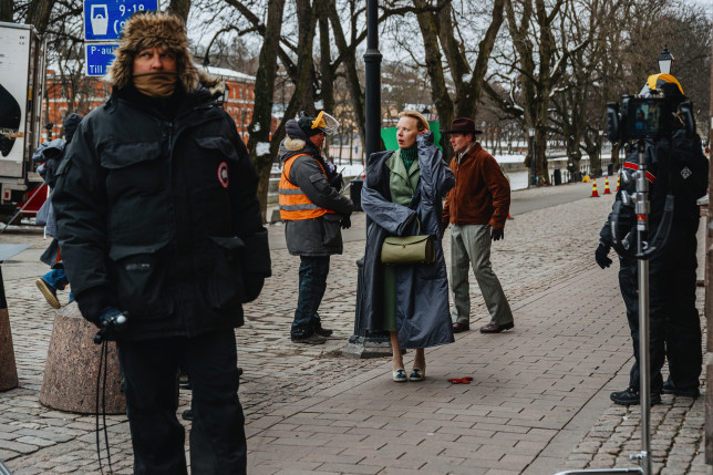 Tove-elokuvan kuvausryhmää maaliskuisessa Turussa, keskellä näyttelijä Alma Pöysti, taustalla Aurajoki.