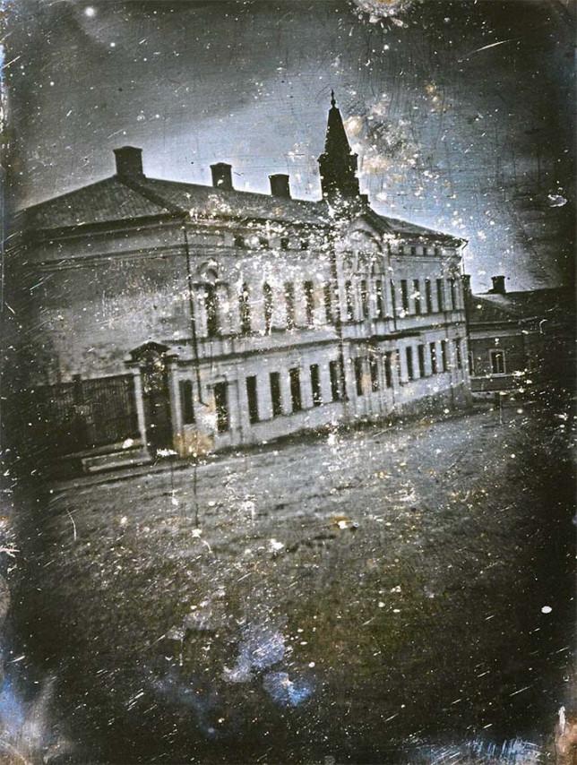 Henrik Cajanderin kuvaama, ensimmäinen Suomessa otettu dagerrotypia. Kuvassa näkyy Uudenmaankatu 8:ssa sijainnut  Nobelin talo, jonka takaa pilkistää Turun tuomiokirkon torni.