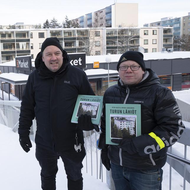 Lähikuva Turun lähiöt -kirjan tekijöistä Mikko Laaksonen ja Petri Aalto.