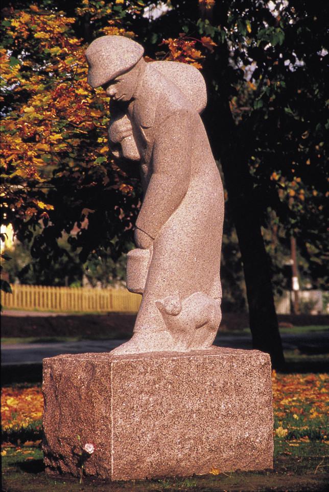 Turun Nummenmäen portilla, Hämeentien ja Vanhan Hämeentien risteyksessä, seisoo punagraniittinen veistos, joka kuvaa miestä säkki selässään kumartuneena jalkoihinsa painautuneen kissan puoleen. Paikalliset asukkaat tietävät hyvin, että Simo Heleniuksen (s
