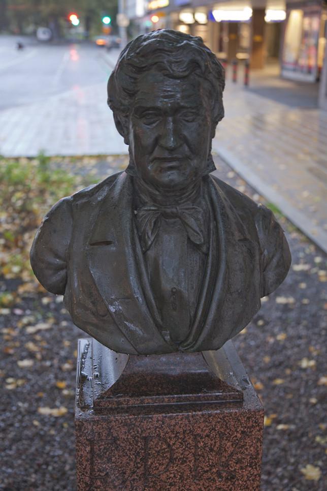 Erik Julinin patsas vanhalla sijoituspaikallaan nk. Julininkulmalla.