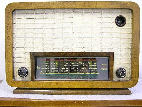 Visakoivusta tehty vanhanajan asa-merkkinen radio