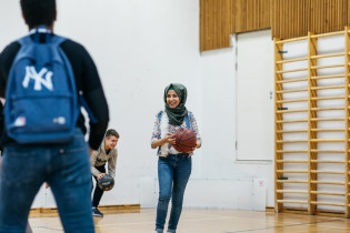 Tyttö koripallon kanssa