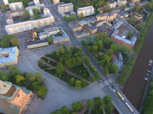 Tuomiokirkko, kirkkopuisto ja Vanha Suurtori ilmasta kuvattuna.