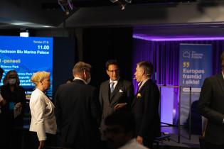 Kuvassa joukko Eurooppa-foorumin vieraita keskustelemassa.