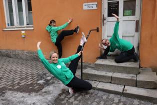 Kolme tanssikummia taiteilevat ITU ry:n sisäänkäynnin edessä.