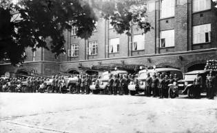 Turun keskuspaloasema sekä paloautoja ja -miehiä 40-luvulla