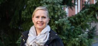 Uittamon kotihoidon palveluesimies Ami Ilmanen seisoo ulkona kuusen edessä