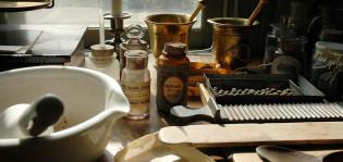 Vanhanaikaisia apteekkarin välineitä