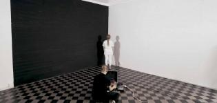+-L, Performatiivinen tila- ja ääniteos. Kuva teoksen videotallenteesta.