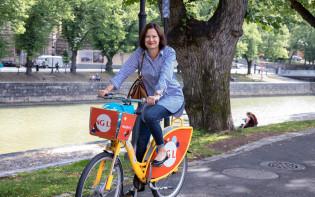 Kaupunginjohtaja Minna Arve pyöräilee Föli-fillarilla