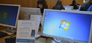 Asiakaskyselylomakkeita on esillä pääkirjaston asiakastietokoneilla.