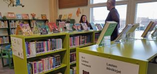 Työntekijät Aunelan monitoimitalon kirjaston lastenosastolla