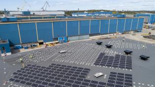 Meyer Turun aurinkovoimala rakentuu levyvaraston katolle.