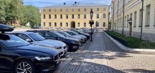 Pysäköityjä autoja Tuomiokirkon alueella