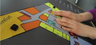 Matkailuneuvonnassa testataan esteetöntä opastamista kohokartan avulla.