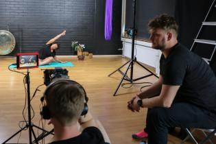 Mikko Kaurio ja Jouni Kuru istuvat joogastudiossa kuvaustarvikkeiden ympärillä.