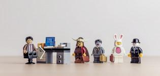 Erilaisia ammatteja esittettynä lego-hahmoilla.