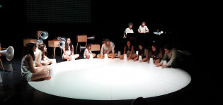 Companhia de Música Teatral esiintymässä, ihmisiä istumassa piirissä lattialla