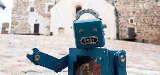 Robotti-hahmo museoduunari Eikka Turun linnan edustalla