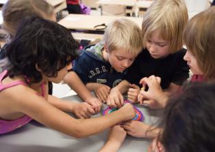 Lapset askartelevat yhdessä