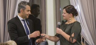Hussein al-Taee ojentaa lahjan Elina Rantaselle