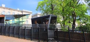 Funikulaari radallaan, kuvassa myös yläasema Kakolanmäellä